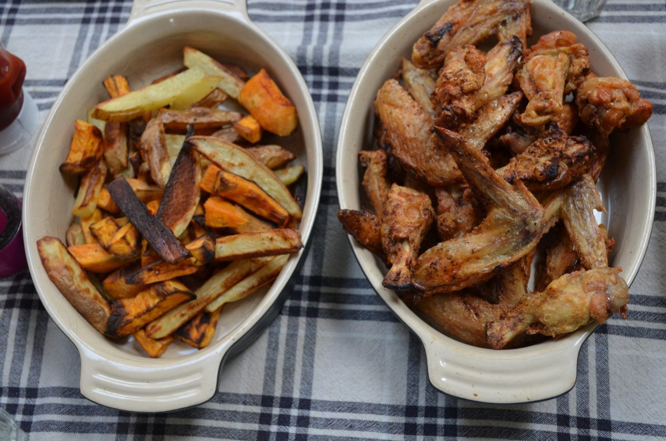Crispy chicken wings with potato wedges